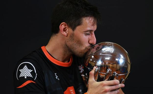 Van Rossom, con la copa de la Liga Endesa