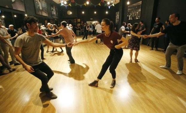 Una clase de swing en la escuela Spirit of St. Louis.