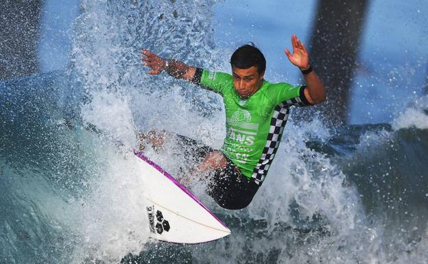 Surfista en el 2017 US Open of Surfin en Huntington.