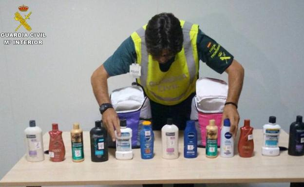 La Guardia Civil incauta 8 kilos de cocaína líquida escondida en botes de cosmético. /Guardia Civil