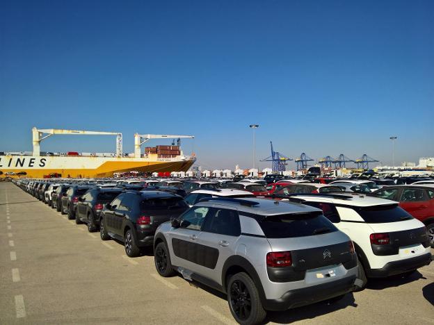 Vehículos de la marca Citroën, fabricados en la planta zaragozana de Opel en Figueruelas, en el Puerto de Valencia.