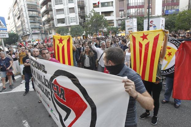 GIUSEPPE GREZZI EN LA CONCENTRACION ULTRA CATALANISTA DONDE SE GRITO ' POLICIA ASESINA '