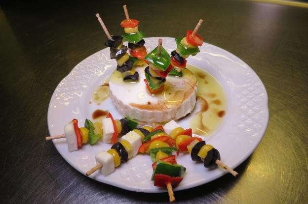 Mini brochetas con queso de Burgos de Bisbe. / lp