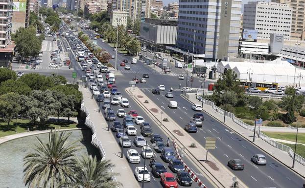 Atasco en la entrada de Gran Via como consecuencia de las restricciones de la margen derecha del Rio./Jesús Signes