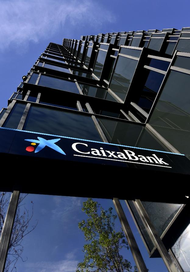 Una oficina de Caixabank. / AFP PHOTO / PIERRE-PHILIPPE MARCOU