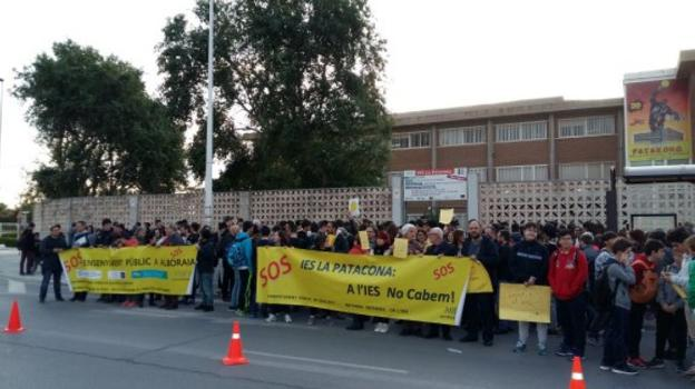 Una protesta frente al centro educativo. / lp