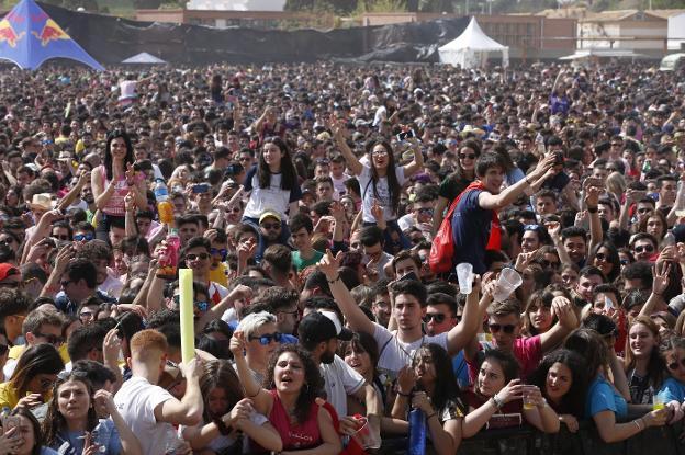 Miles De Jóvenes Toman Moncada En El Festival De Paellas
