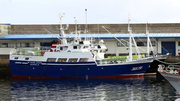 El 'Nuevo San Juan' estuvo tres días amarrado en el puerto de Burela (Lugo) a la espera de un patrón. :: pepa losadala voz de galicia/ /