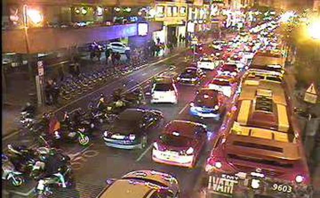 Atasco en la calle Colón- Pl. Los Pinazo dirección Xàtiva./LP