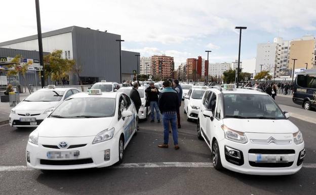 Taxistas, en la mañana del miércoles en la Estación Joaquín Sorolla./Irene Marsilla