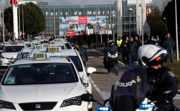Madrid propone la contratación con distancia mínima de los VTC para acabar con el conflicto