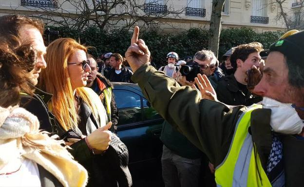 381cf7df05 Ingrid Levavasseur, con gafas de sol, es increpada por un 'chaleco amarillo'