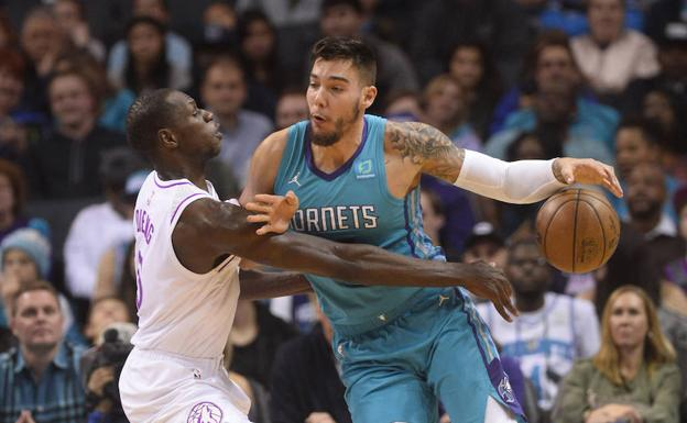 Luol Deng bloquea a Willy Hernangomez./Reuters