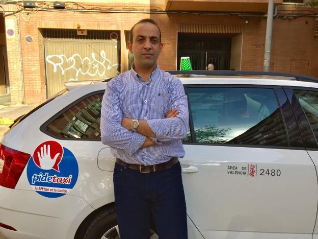 Amjad Awad, el artífice de la búsqueda, posa junto a su taxi. / lp