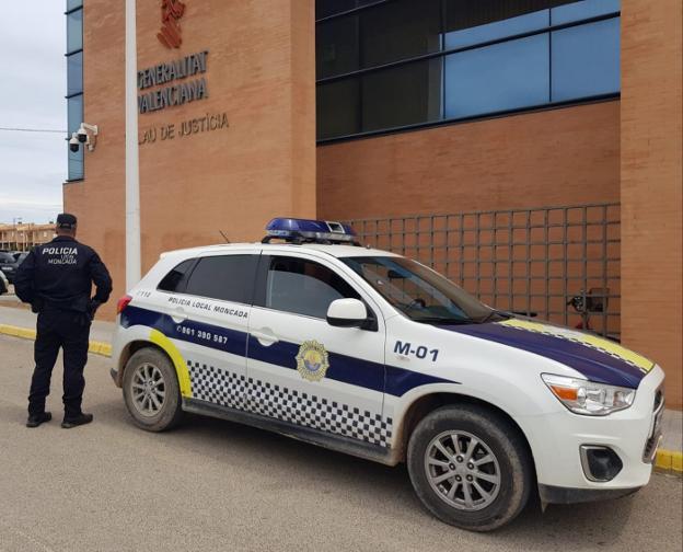 Una patrulla policial, junto a los juzgados de Moncada. / lp