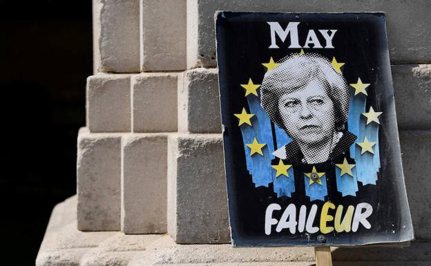 Una pancarta antibrexit con una imagen de Theresa May. /Reuters
