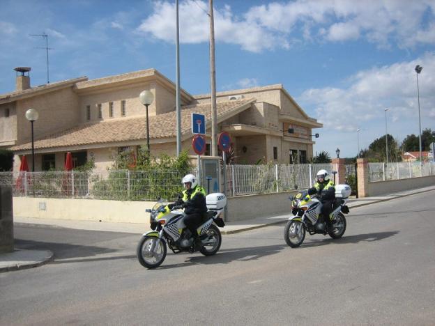 Una pareja de policías locales patrulla por una urbanización de Llíria. / lp