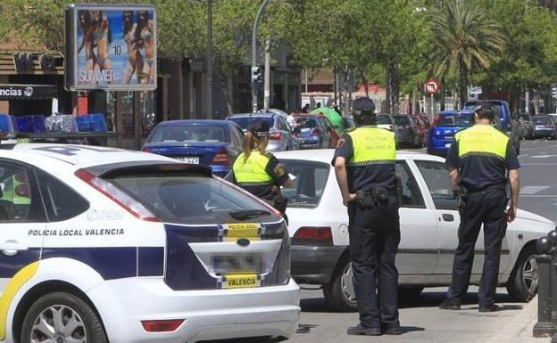 Policías locales en guerra contra el Consell