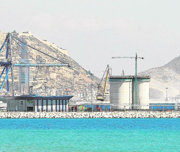 Imagen de archivo de grandes silos de hormigón en el puerto de Alicante. / a. d.