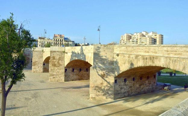 l Puente de Serranos fue construido en 1518 por Juan Bautista Corbera.