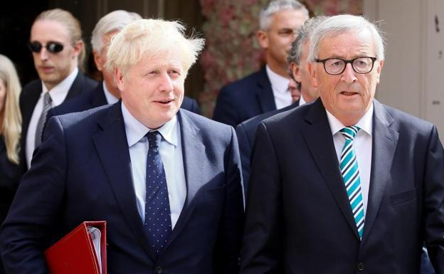Johnson y Juncker abandonan el restaurante.