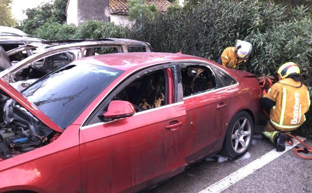 Bomberos trabajando en la extinción del incendio del parking del Hospital de Dénia. /LP