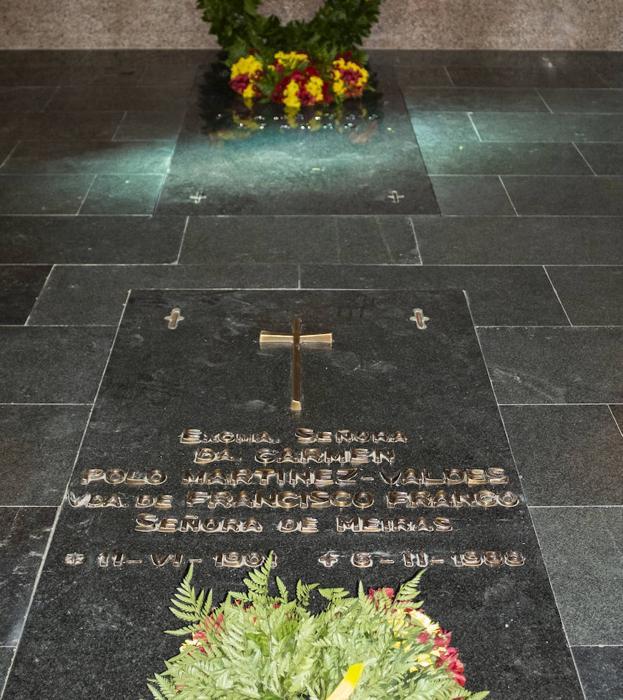 En primer plano la tumba de Carmen Polo y detrás la de Francisco Franco.