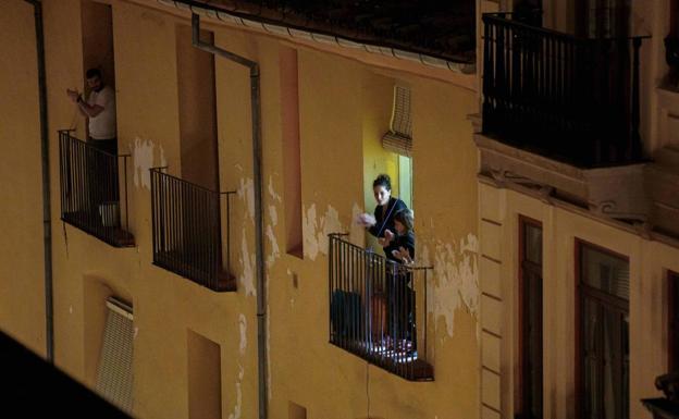 Aplausos, canciones, silbidos y saludos: salir al balcón para estar en grupo