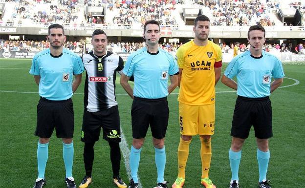 En el centro de la imagen, el colegiado valenciano Daniel Yuste