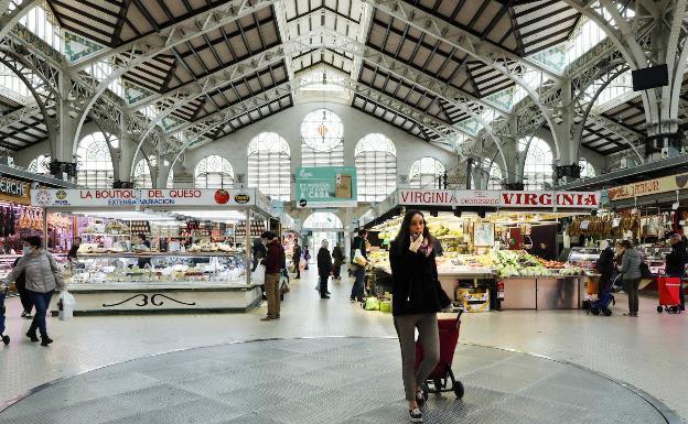 La Policía Nacional sanciona al Mercado Central por vender sin guantes ni mascarillas