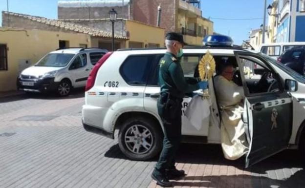 El cura baja del vehículo de la Guardia Civil. /EPDV