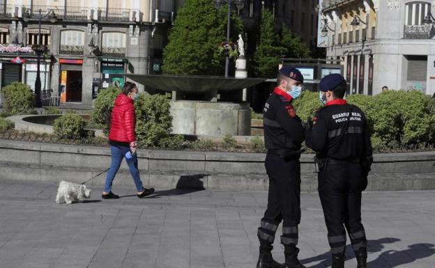 Policía vigila los movimientos en la calle durante el estado de alarma./Efe