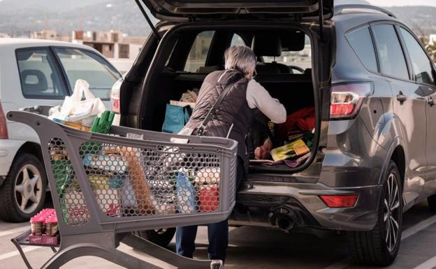 Así han cambiado los hábitos de compra de los españoles: de las latas y el papel al alcohol y los snacks