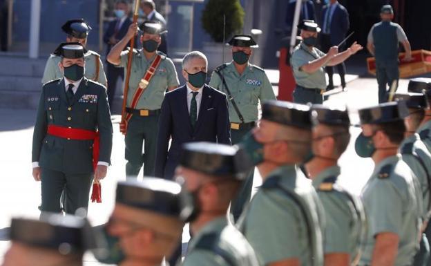 El Ministro del Interior, Fernando Grande-Marlaska (i), preside la ceremonia de la toma de posesión del nuevo DAO./EFE/J.J. Guillén