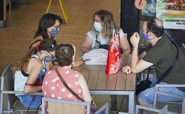 Médicos advierten de que no se debe usar la mascarilla más de una hora sin descanso