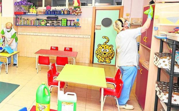 Tareas de limpieza en un centro durante el estado de alarma. /Iván Arlandis