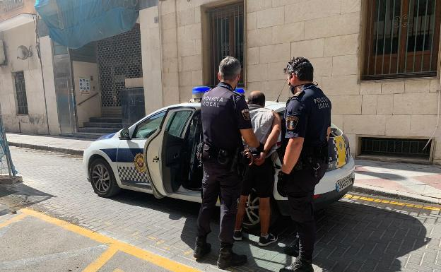 Two agents arrest the 'capo' involved in the fight over the Postiguet parking lot.