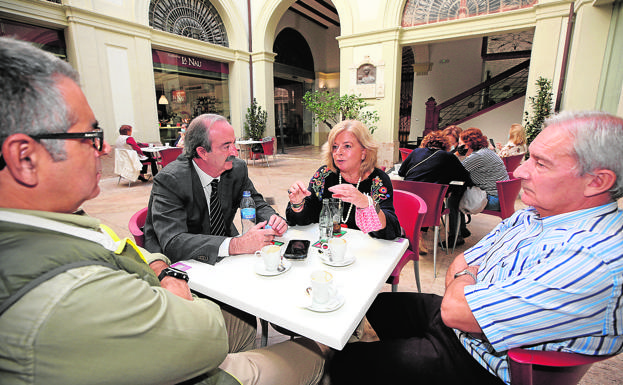 Debate. Uceda, Casañ, Ordóñez and Company talk in the cafeteria of La Nau