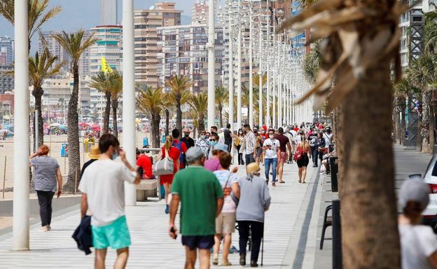 El paseo de Benidorm ha presentado un aspecto más propio del verano que del mes de mayo.