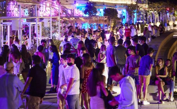 Jóvenes, este fin de semana en el puerto deportivo de Valencia.  / iván arlandis