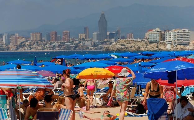 Turistas y vecinos de Benidorm disfrutan del primer fin de semana sin mascarilla. /efe/manuel lorenzo