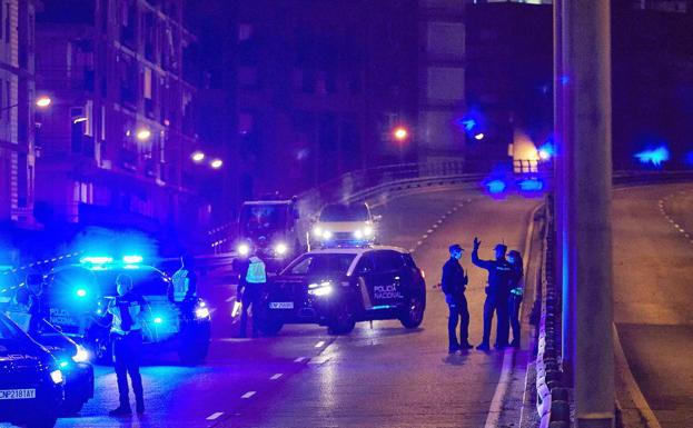 Un control de policía nocturno vigila el cumplimiento del toque de queda./IVÁN ARLANDIS