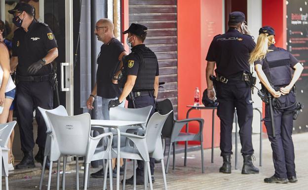 Agentes de policía en el lugar del suceso. /Ivan arlandis