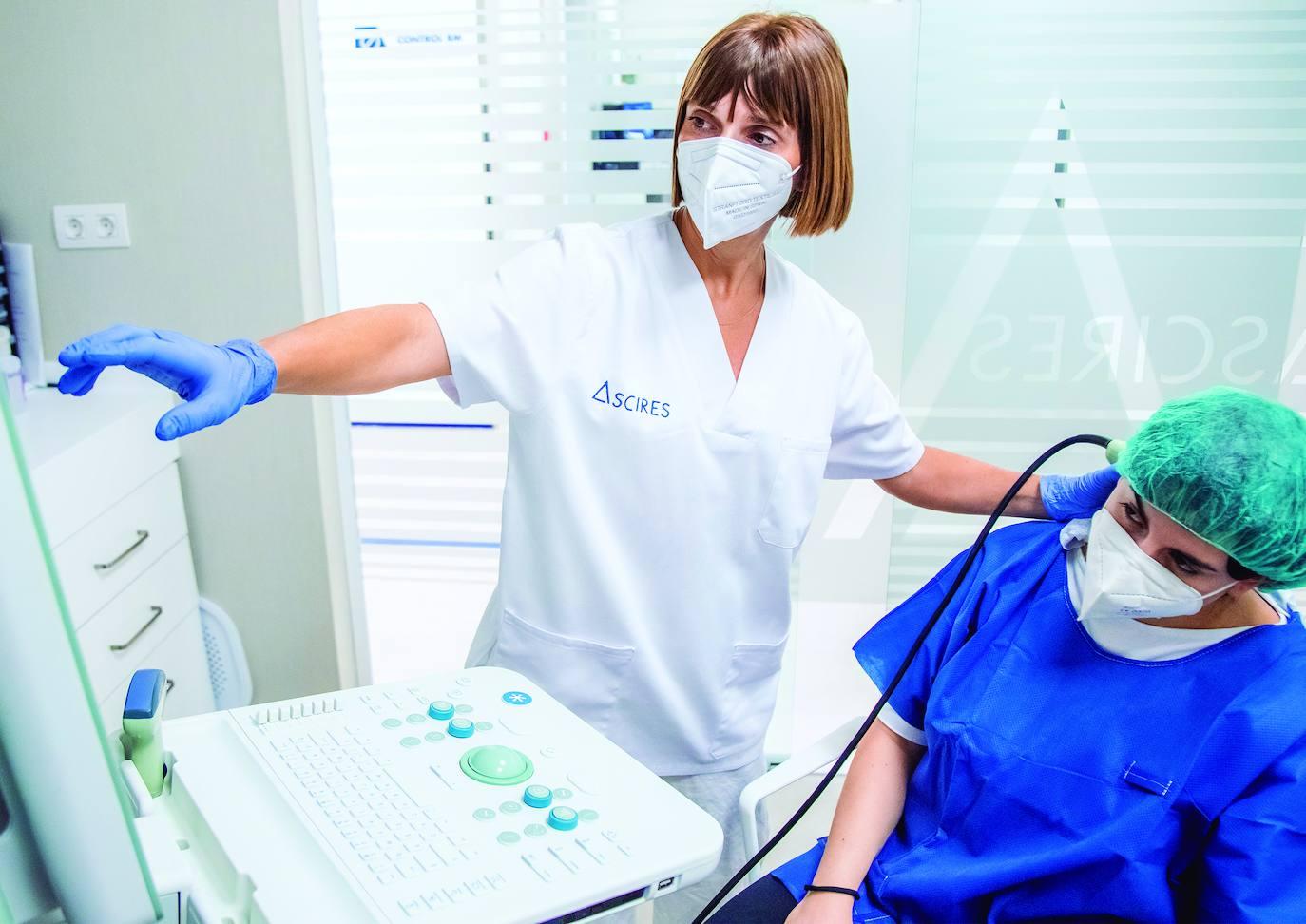 Ascires es el primer centro de la Comunidad Valenciana en tratar las distonías con toxina botulínica guiada por ecografía. En la imagen, la neuróloga Irene Martínez con una paciente.